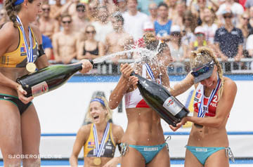 Tidningar - Champagneyra med segrarna i Beachvolleyboll EM 2015. Beachvolleyball EM 2015, Finale Damen, im Bildlinks Laura Ludwig 1 GER / Kira Walkenhorst 2 GER, rechts Kinga Kolosinska 1 POL / Monika Brzostek 2 POL // during Final Woman of the A1 Beachvolleyball European Championship at the Strandbad Klagenfurt, Austria on 2015/87/01.