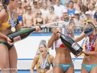 Champagneyra med segrarna i Beachvolleyboll EM 2015.  Beachvolleyball EM 2015, Finale Damen, im Bildlinks Laura Ludwig 1 GER / Kira Walkenhorst 2 GER, rechts Kinga Kolosinska 1 POL / Monika Brzostek 2 POL // during Final Woman of the A1 Beachvolleyball European Championship at the Strandbad Klagenfurt, Austria on 2015/87/01.